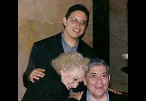 José con Lupita Pérez Arias y el Padre Xavier González